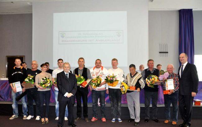 Eberhard Weichenhan (vorn) mit Dietmar Woidke (rechts) und den Märkischen Anglerkönigen 2013.